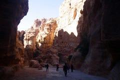 Οι τουρίστες βλέπουν την αρχαία πόλη φαραγγιών της Petra στην Ιορδανία Στοκ Εικόνες