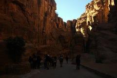 Οι τουρίστες βλέπουν την αρχαία πόλη φαραγγιών της Petra στην Ιορδανία Στοκ εικόνες με δικαίωμα ελεύθερης χρήσης