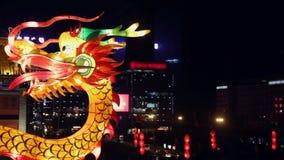 """Οι τουρίστες βλέπουν τις διακοσμήσεις φωτισμού δράκων στο νέο φεστιβάλ φαναριών έτους τοίχων πόλεων, ΧΙ """", shaanxi, Κίνα φιλμ μικρού μήκους"""