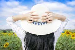 Οι τουρίστες γυναικών απολαμβάνουν την όμορφη φύση στοκ φωτογραφίες με δικαίωμα ελεύθερης χρήσης