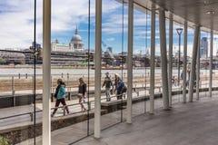 Οι τουρίστες είδαν από μέσα από Blackfriars staton Στοκ Φωτογραφία