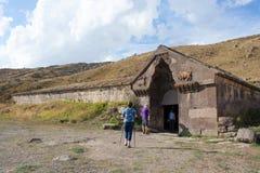 Οι τουρίστες εισάγουν το υπόστεγο τροχόσπιτων Πέρασμα Vardenyats Selim στοκ εικόνες