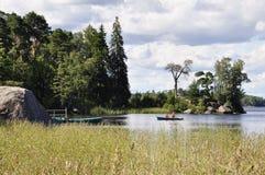 Οι τουρίστες επιπλέουν στη βάρκα με τα κουπιά στον κόλπο Vyborg στο πάρκο Mon Repos σε Vyborg στοκ εικόνες