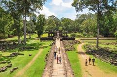 Οι τουρίστες επισκέπτονται στο ναό Baphuon Στοκ Εικόνα