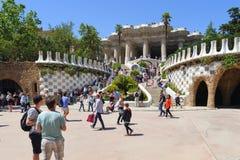 Οι τουρίστες επισκέπτονται τα όμορφα αντικείμενα τέχνης στο πάρκο Guell στη Βαρκελώνη, Ισπανία Στοκ Εικόνα