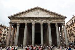 Οι τουρίστες επισκέπτονται την αρχαία εκκλησία Pantheon, ένας ναός για όλους τους ρωμαϊκούς Θεούς Ρώμη, Στοκ Φωτογραφίες