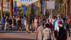 Οι τουρίστες επισκέπτονται την υποδοχή στο σημάδι του Λας Βέγκας στη λεωφόρο του Λας Βέγκας - ΗΠΑ το 2017 απόθεμα βίντεο