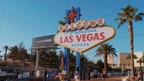 Οι τουρίστες επισκέπτονται την υποδοχή στο σημάδι του Λας Βέγκας στη λεωφόρο του Λας Βέγκας - ΗΠΑ το 2017 φιλμ μικρού μήκους