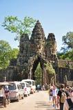 Οι τουρίστες επισκέπτονται τη νότια πύλη Angkor Thom Στοκ Εικόνες