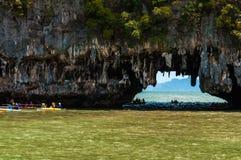 Οι τουρίστες επισκέπτονται τις σπηλιές ασβεστόλιθων στα νησιά αποκαλούμενα Tham lo στοκ φωτογραφία με δικαίωμα ελεύθερης χρήσης