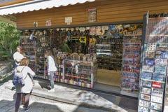 Οι τουρίστες επισκέπτονται το κατάστημα αναμνηστικών στον Άγιο Μαρίνο Στοκ εικόνες με δικαίωμα ελεύθερης χρήσης