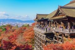 Οι τουρίστες επισκέπτονται το ναό kiyomizu-Dera στοκ εικόνα με δικαίωμα ελεύθερης χρήσης