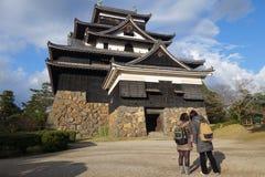 Οι τουρίστες επισκέπτονται το φεουδαρχικό κάστρο Σαμουράι του Ματσούε σε Shimane prefectur Στοκ φωτογραφία με δικαίωμα ελεύθερης χρήσης