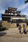 Οι τουρίστες επισκέπτονται το φεουδαρχικό κάστρο Σαμουράι του Ματσούε σε Shimane prefectur Στοκ εικόνα με δικαίωμα ελεύθερης χρήσης