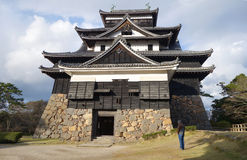 Οι τουρίστες επισκέπτονται το φεουδαρχικό κάστρο Σαμουράι του Ματσούε σε Shimane prefectur Στοκ φωτογραφίες με δικαίωμα ελεύθερης χρήσης