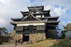 Οι τουρίστες επισκέπτονται το φεουδαρχικό κάστρο Σαμουράι του Ματσούε σε Shimane prefectur Στοκ Εικόνες