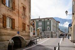 Οι τουρίστες επισκέπτονται Borgo Valsugana ένα χωριό στις ιταλικές Άλπεις Στοκ Φωτογραφίες