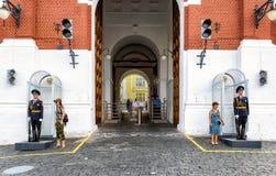 Οι τουρίστες θέτουν για μια φωτογραφία δίπλα στη φρουρά της τιμής στο entr Στοκ εικόνα με δικαίωμα ελεύθερης χρήσης