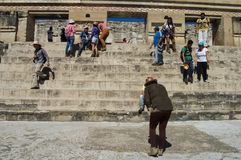 Οι τουρίστες θέτουν για τις φωτογραφίες μπροστά από την κύρια πυραμίδα στο τ Στοκ φωτογραφία με δικαίωμα ελεύθερης χρήσης