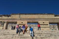 Οι τουρίστες θέτουν για τις φωτογραφίες μπροστά από την κύρια πυραμίδα στο τ Στοκ Εικόνες