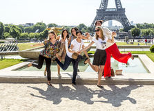 Οι τουρίστες θέτουν μπροστά από τον πύργο του Άιφελ στο Παρίσι, Γαλλία Στοκ Εικόνες