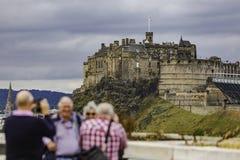 Οι τουρίστες θέτουν μπροστά από το Εδιμβούργο Castle στοκ εικόνες με δικαίωμα ελεύθερης χρήσης
