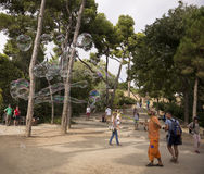 Οι τουρίστες θαυμάζουν τις φυσαλίδες σαπουνιών στο πάρκο Guell Στοκ εικόνες με δικαίωμα ελεύθερης χρήσης
