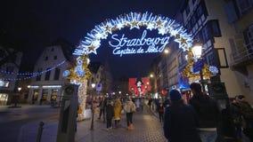 Οι τουρίστες και οι ντόπιοι περπατούν στην οδό αγορών στις διακοσμήσεις Χριστουγέννων με το κύριο σύστημα σηματοδότησης Χριστουγέ απόθεμα βίντεο