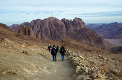 Οι τουρίστες κατεβαίνουν από το υποστήριγμα Μωυσής, Αίγυπτος Στοκ Εικόνες