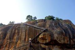 Οι τουρίστες κατεβαίνουν τον υψηλό βράχο Sigiriya στοκ φωτογραφία με δικαίωμα ελεύθερης χρήσης