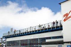 Οι τουρίστες κοιτάζουν πέρα από τον παγετώνα Hintertux μέσα Στοκ Φωτογραφίες