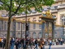 Οι τουρίστες μένουν στη σειρά αναμονής μπροστά από Palais de Justice Στοκ φωτογραφίες με δικαίωμα ελεύθερης χρήσης