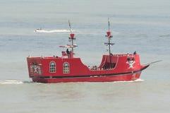 Οι τουρίστες οδηγούν σε μια γιγαντιαία κόκκινη βάρκα πειρατών στον ωκεανό στην παραλία της Βιρτζίνια Στοκ Εικόνα