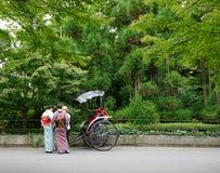 Οι τουρίστες οδηγούν την υπηρεσία δίτροχων χειραμαξών στο Κιότο Στοκ φωτογραφία με δικαίωμα ελεύθερης χρήσης