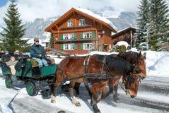 Οι τουρίστες παίρνουν έναν γύρο σε μια horse-drawn μεταφορά Στοκ Εικόνα