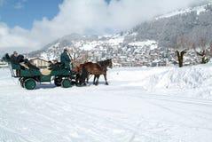 Οι τουρίστες παίρνουν έναν γύρο σε μια horse-drawn μεταφορά Στοκ Εικόνες