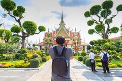 Οι τουρίστες παίρνουν τα γιγαντιαία αγάλματα εικόνων σε Wat Arun, ναός της Dawn Στοκ εικόνα με δικαίωμα ελεύθερης χρήσης
