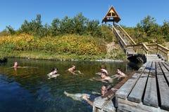 Οι τουρίστες παίρνουν τα θεραπευτικά (ιατρικά) λουτρά τις καυτές ανοίξεις Στοκ Εικόνα