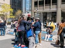 Οι τουρίστες παίρνουν την ομάδα selfie στην επίδειξη NFL στη Michigan Avenue, CH Στοκ εικόνα με δικαίωμα ελεύθερης χρήσης