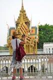 Οι τουρίστες παίρνουν τη φωτογραφία στο παλάτι πόνου κτυπήματος σε Ayutthaya, Thail Στοκ Εικόνα
