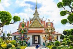 Οι τουρίστες παίρνουν τις εικόνες αρχαία γιγαντιαία αγάλματα σε Wat Arun, Tem Στοκ Εικόνες