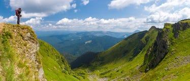 Οι τουρίστες παίρνουν τις εικόνες των απίστευτων βουνών τοπίου στοκ εικόνα