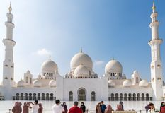 Οι τουρίστες παίρνουν τις φωτογραφίες του μεγάλου μουσουλμανικού τεμένους στοκ φωτογραφία με δικαίωμα ελεύθερης χρήσης