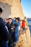 Οι τουρίστες περιμένουν στη σειρά στον περίπατο σανίδων στον ουρανό, παγκόσμιο πιό επικίνδυνο πεζοπορώ Στοκ φωτογραφία με δικαίωμα ελεύθερης χρήσης