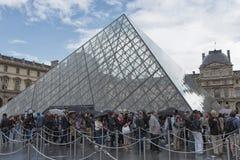 Οι τουρίστες περιμένουν στη σειρά τον πυραμίδα του Λούβρου Στοκ φωτογραφία με δικαίωμα ελεύθερης χρήσης