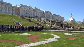 Οι τουρίστες περιμένουν την έναρξη των πηγών απόθεμα βίντεο