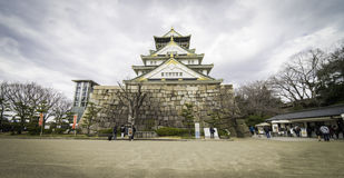 Οι τουρίστες περπατούν γύρω από το πάρκο στο κάστρο της Οζάκα Στοκ Εικόνες