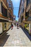 Οι τουρίστες περπατούν κατά μήκος της οδού στη Βενετία Στοκ εικόνες με δικαίωμα ελεύθερης χρήσης