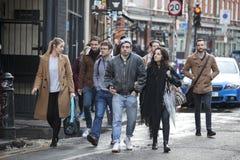 Οι τουρίστες περπατούν κατά μήκος της οδού της Οξφόρδης, σκοπεύοντας να κάνουν τις αγορές Στοκ φωτογραφία με δικαίωμα ελεύθερης χρήσης