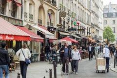 Οι τουρίστες περπατούν μετά από ένα κατάστημα καφετερίων και αναμνηστικών - Παρίσι, φράγκο στοκ φωτογραφία με δικαίωμα ελεύθερης χρήσης